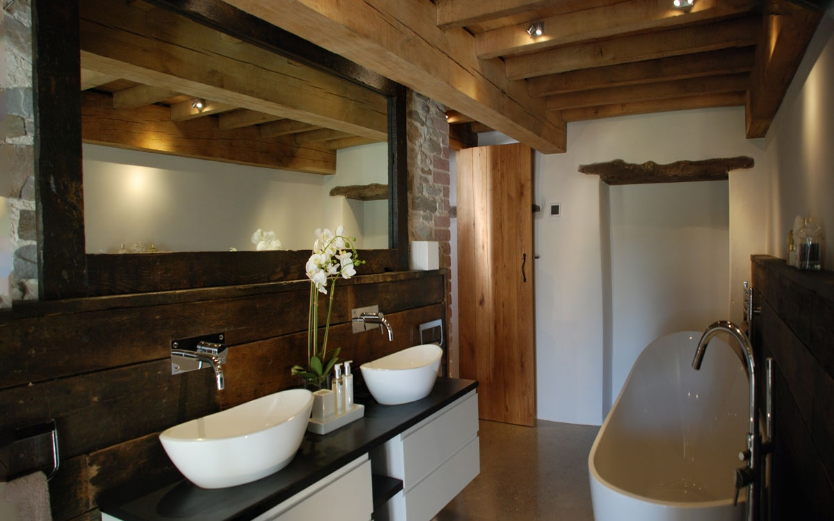 Medieval barn conversion bude the bazeley partnership for Donker interieur